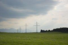 Freileitungsmaste im Bayern, Deutschland Lizenzfreie Stockfotografie