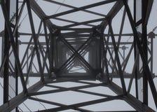 Freileitungsmastschattenbild im tiefen Nebelweißhintergrund Lizenzfreies Stockbild
