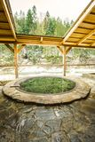 Freilichtbadfreien im Winter Eisenwanne für das Baden im Heißwasser lizenzfreies stockfoto