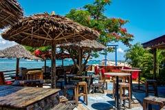 Freilichtmeeresfrüchterestaurant mit schöner Seeansicht lizenzfreies stockbild