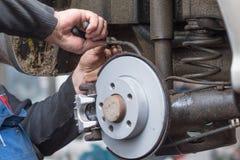 Frein à disque de réparation - frein de main, qui ont été remplacés dans photographie stock libre de droits