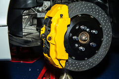 Frein de Front Disk sur une voiture moderne Exposition de circuit de freinage vraie photographie stock libre de droits