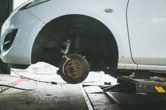 frein et détail du moyeu de roue Protections de frein de voiture freins à disque sur des voitures en cours de nouveau remplacemen Photographie stock libre de droits