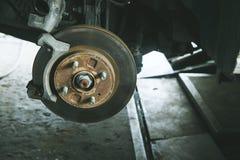 frein et détail du moyeu de roue Protections de frein de voiture freins à disque sur des voitures en cours de nouveau remplacemen Image libre de droits