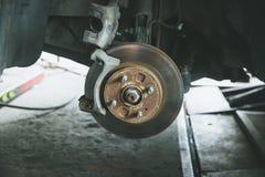 frein et détail du moyeu de roue Protections de frein de voiture freins à disque sur des voitures en cours de nouveau remplacemen Photo libre de droits