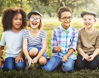 Freindship时髦嬉戏的休闲儿童孩子概念 库存照片