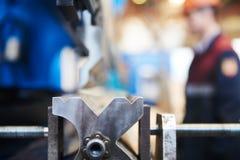 Freio da imprensa hidráulica ou máquina de dobra para a chapa metálica lisa foto de stock