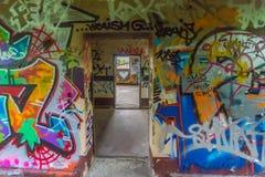 Freio da parede dos grafittis através do coração imagem de stock royalty free