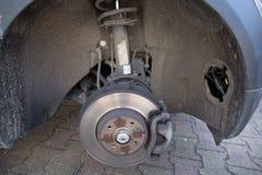 Freio de disco dianteiro no carro no processo fotografia de stock