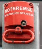 Freio de emergência vermelho para parar uma grande escadaria de rolamento, com inscrição alemão fotos de stock