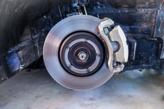 Freios de disco, parando a ruptura, a suspensão do carro e o carro carregando o conceito -3 das peças fotografia de stock