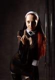 A freira católica 'sexy' bonita insolente mostra o dedo médio Conceito religioso fotos de stock