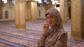 Freira em suportes da veste dentro de uma mesquita isl?mica Egypt vídeos de arquivo
