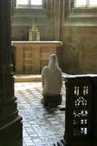 Freira Praying na igreja fotografia de stock royalty free