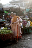 Freiras budistas que recebem a esmola no mercado de Zegyo foto de stock