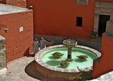 Freiras e fonte, Sta Catalina Monastery, Arequip fotos de stock royalty free