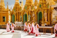 Freiras em um templo Fotografia de Stock Royalty Free
