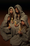 Freiras que praing com velas Fotografia de Stock