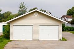 Freistehende doppelte Garage Stockbilder
