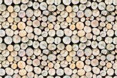 Freistehender Stapel des Brennholzes, nahtloses Muster Stockfotos