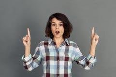 freistil Junge Frau auf dem grauem Zeigen herauf Mund öffnete aufgeregtes lizenzfreie stockbilder