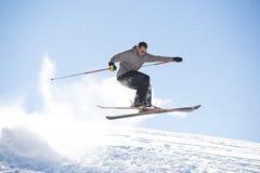 Freistilskispringer mit gekreuzten Skis Stockbild
