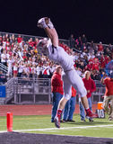Freitag Abend Licht-Highschool Fußball, der Landungs-Fang springt Stockfoto