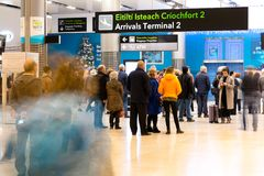 Freitag, den 22. Dezember 2017, Dublin Ireland - Leute an den Ankünften des Anschlusses 2 Stockfotografie
