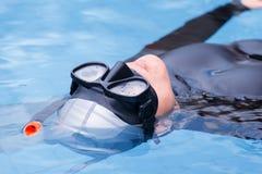 Freitauchentraining auf Swimmingpool Stockbild