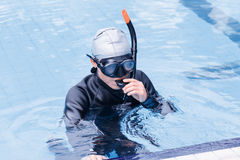 Freitauchentraining auf Swimmingpool Lizenzfreie Stockfotos