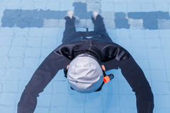Freitauchentraining auf Swimmingpool Stockfotos