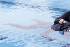 Freitauchentraining auf Swimmingpool Lizenzfreies Stockbild