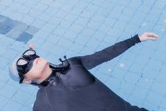 Freitauchentraining auf Swimmingpool Stockbilder