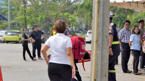 Freiwillige befördern Opfer stock footage