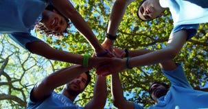Freiwillige, die einen Handstapel 4k bilden stock video