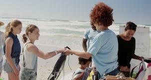 Freiwillige, die für Strandreinigung auf dem Strand 4k sich vorbereiten stock footage