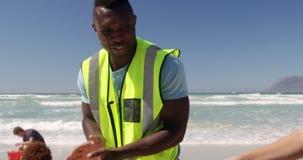Freiwillige, die Strand an einem sonnigen Tag 4k säubern stock video