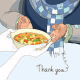 Freiwillige gebende Platte des Lebensmittels zum Obdachlosen in den abgetragenen Kleidern Lizenzfreies Stockfoto