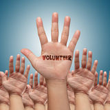 Freiwillige Gruppe, die Hände anhebt Stockfotografie