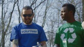Freiwillige mit dem Koordinator, der große Arbeit feiert stock footage