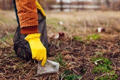 Freiwillige Reinigung des Mannes oben der Abfall im Park Des Sammelns Abfall oben draußen Ökologie- und Umweltkonzept lizenzfreie stockbilder