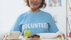 Freiwilliger haltener Behälter mit freier Nahrung, Hilfe zu mit niedrigem Einkommen oder Obdachloser stock video