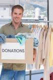 Freiwilliger haltener Spendenkasten Stockfotos