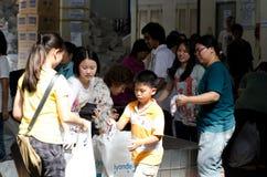 Freiwilliger zum zu helfen, den Beutel auszurichten lizenzfreies stockbild