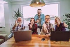 Freiwilligerzieher und ältere Leute glücklich nach der Ausbildung stockfotos