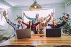 Freiwilligerzieher und ältere Leute glücklich nach der Ausbildung lizenzfreies stockfoto