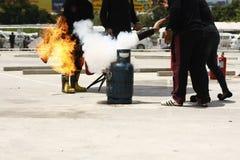 freiwilliges Feuerwehrmanntrainingspersonal, wie man sicher einen Feuerlöscher benutzt stockfoto