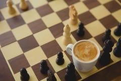 Freizeit entspannen sich Zeit- oder Geschäftsstrategiekonzept Teil des Schachtischs mit Kaffeetasse Stockbilder