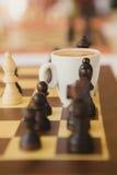 Freizeit entspannen sich Zeit- oder Geschäftsstrategiekonzept Teil des Schachtischs mit Kaffeetasse Stockfotos