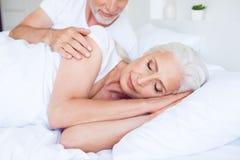 Freizeit, Lebensstilkonzept Süßer leichter Mann hält seine Frau durch t stockfoto